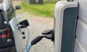 BMW i3 uzlādējas pie KEBA uzlādes stacijas