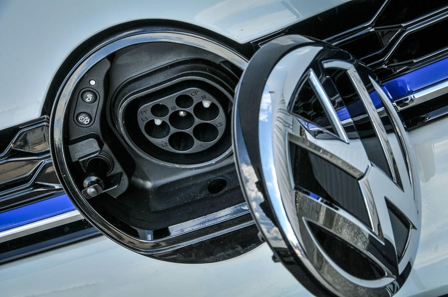 VW Golf GTE uzlādes ligzda